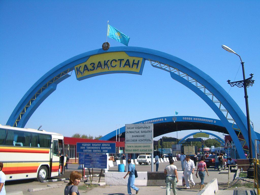 Казахстанские парадные ворота на пограничном переходе Кордай. Казахстан-Киргизия