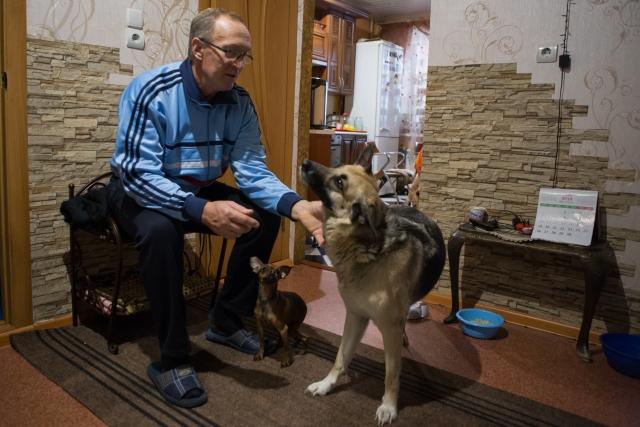 Жена и сын Юрия Ивановича поддерживают его и помогают по мере сил. Дома у Шамарина живут пять собак, две из них собаки-инвалиды