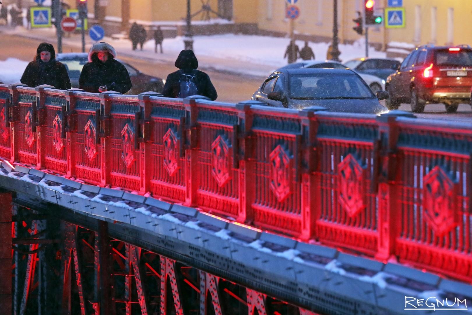 Красная декоративная подсветка Дворцового моста