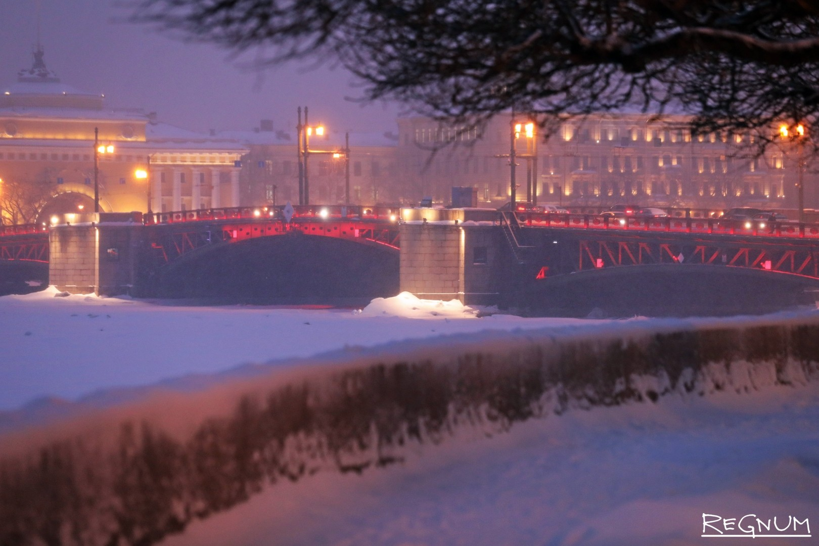 Праздничная подсветка Дворцового моста в честь наступления китайского Нового года