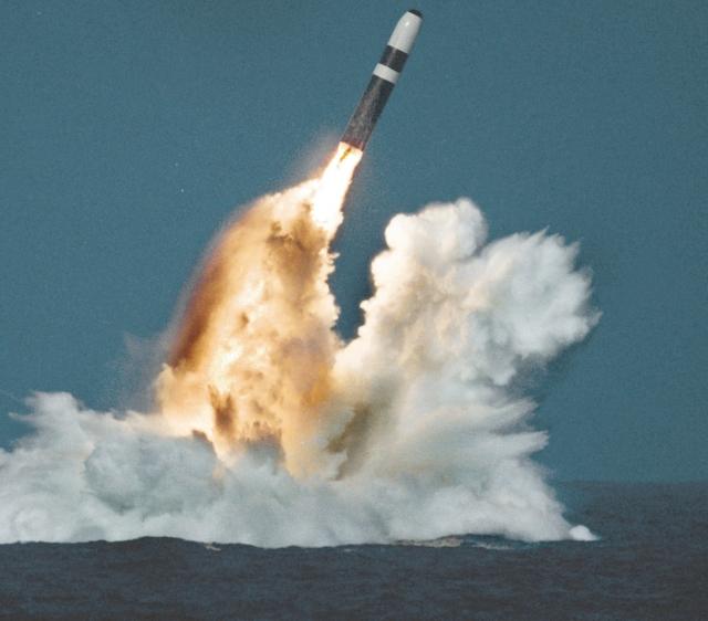 Пуск баллистической ракеты с американской подводной лодки