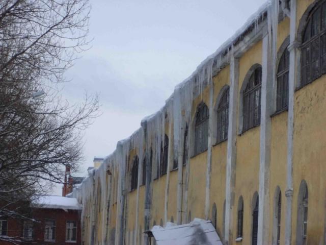 В уборке крыш федеральных зданий в Петербурге найдены сотни нарушений