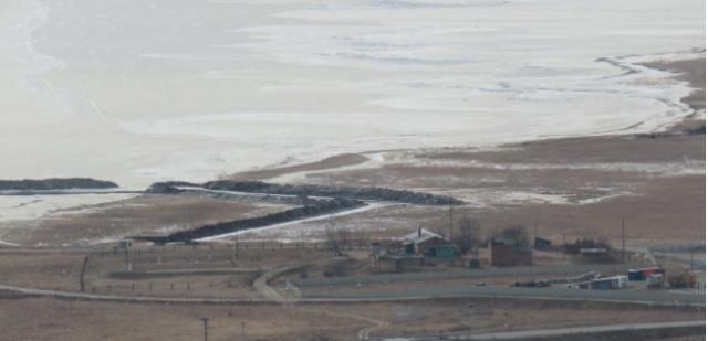 Култук в феврале 2019 года. Хорошо видны ширина траншеи и объемы земляных работ