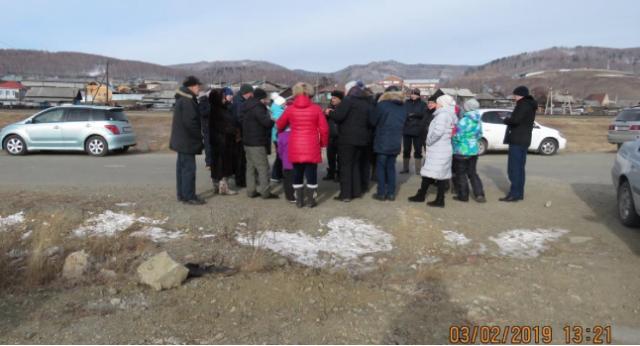 Сход жителей села Култук, недовольных строительством завода по производству бутилированной байкальской воды