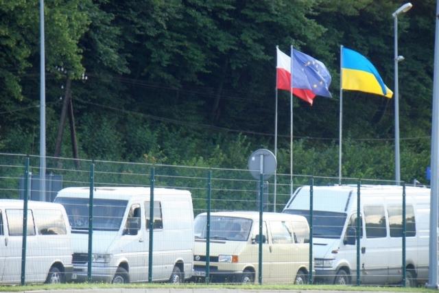 На польско-украинской границе. Флаги Польши, Евросоюза и Украины
