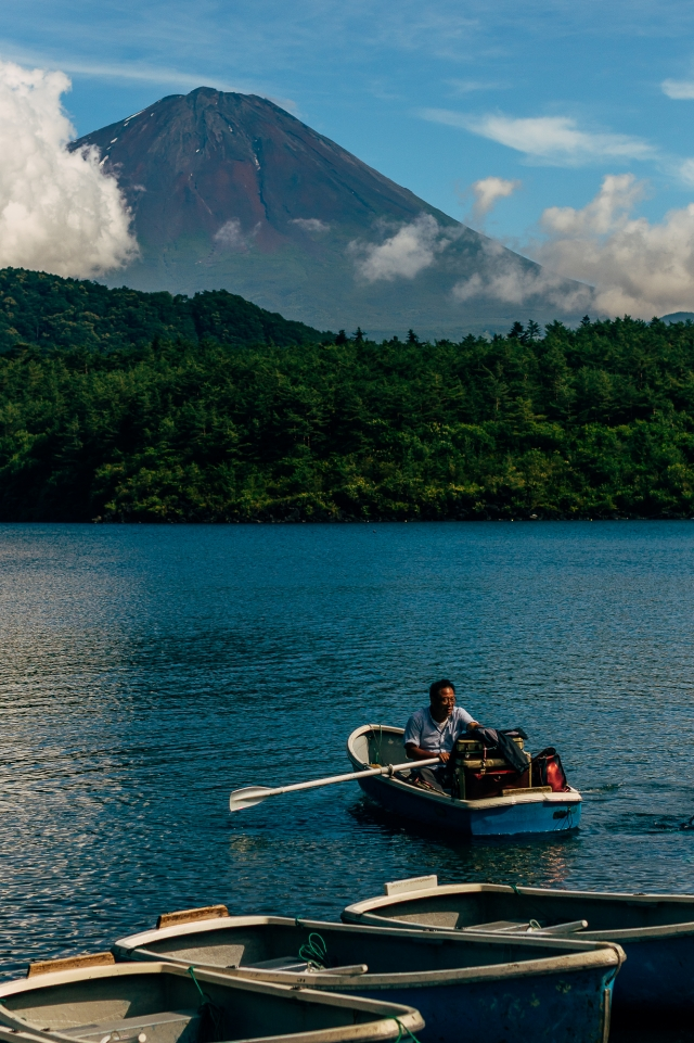 Лодочник на озере Саико