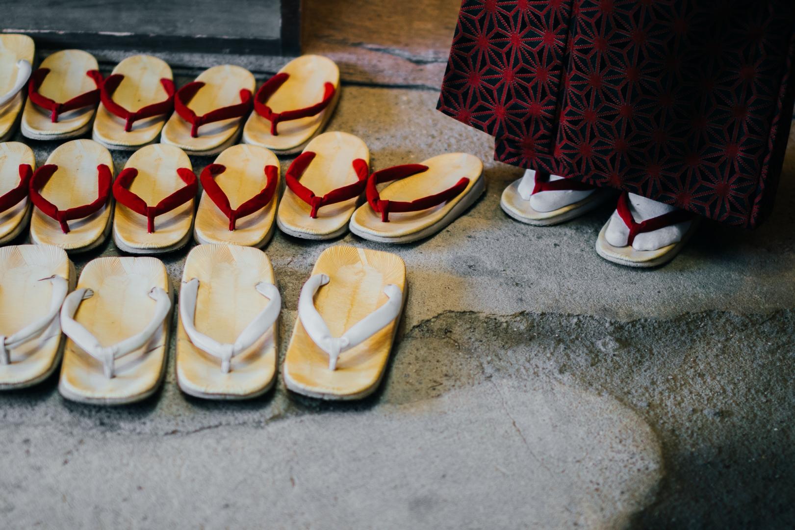 Гейша в деревянных сандалиях (гэта)