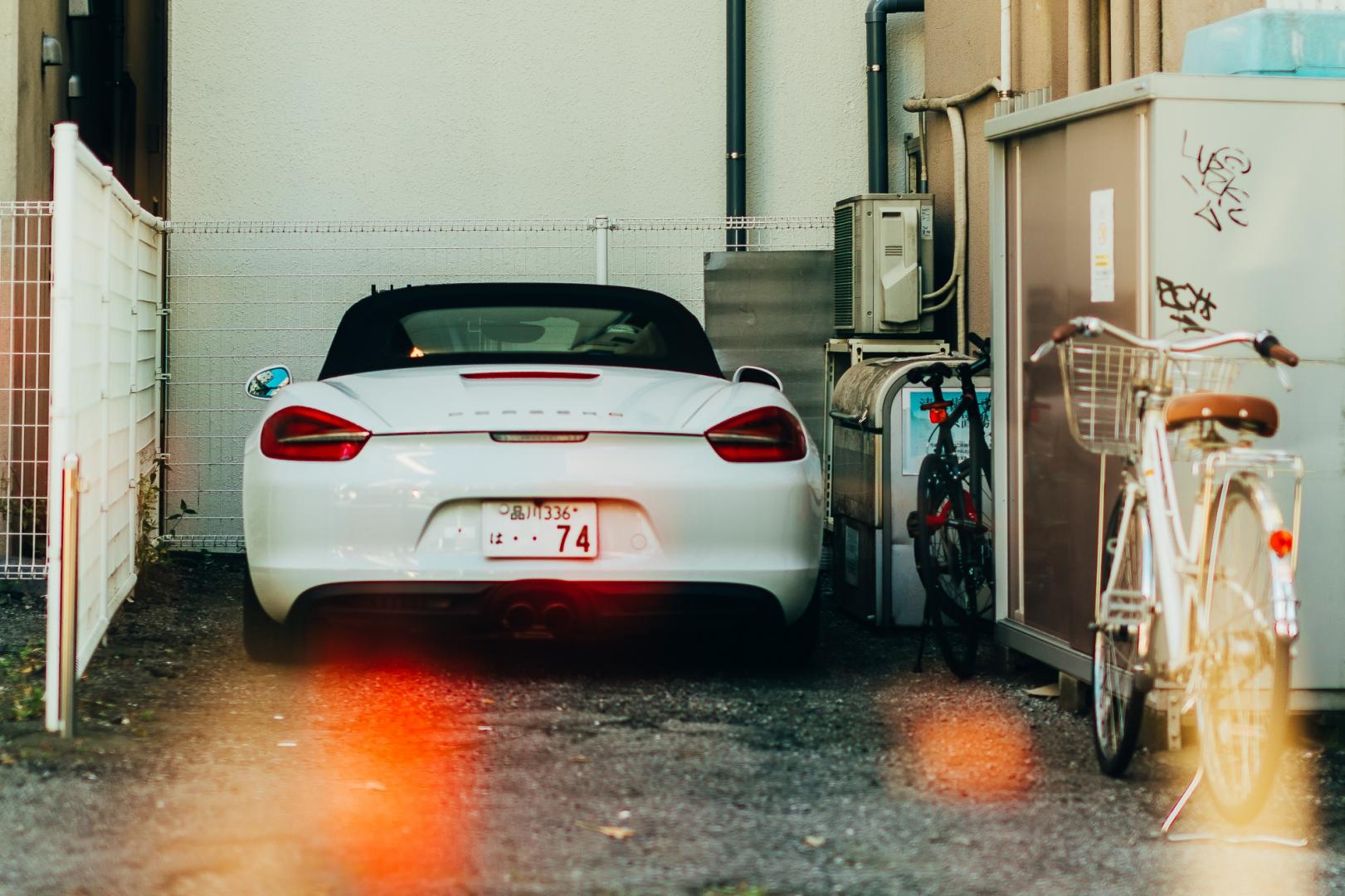 Машина «Порше» в одном из японских кварталов