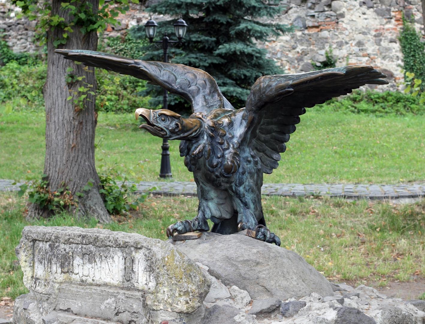 Турул — венгерский национальный символ. Скульптура в Ужгороде (Украина)