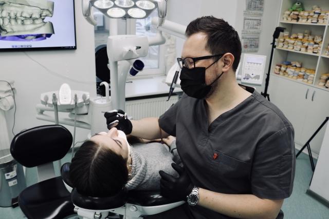 Гнатолог осматривает зубы корреспондента