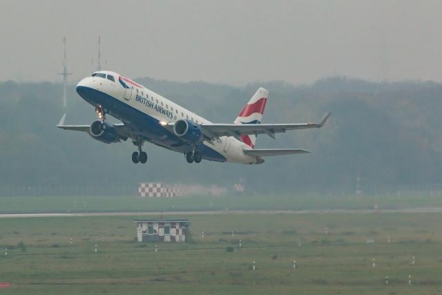 В лондонском аэропорту «Хитроу» самолет снесло ветром при посадке