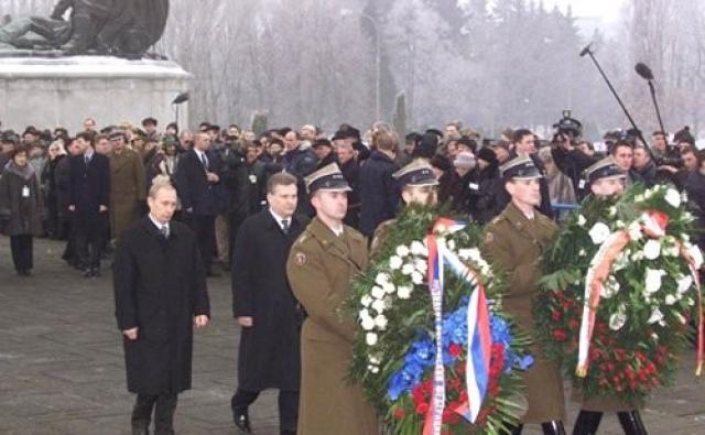 Церемония возложения венков к Обелиску советским воинам. Визит Владимира Путина в Польшу в 2002 году