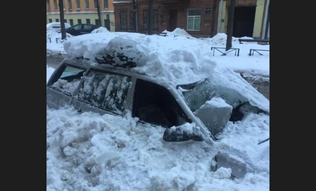 Петербург «бомбардируют» глыбы льда: страдают люди и машины