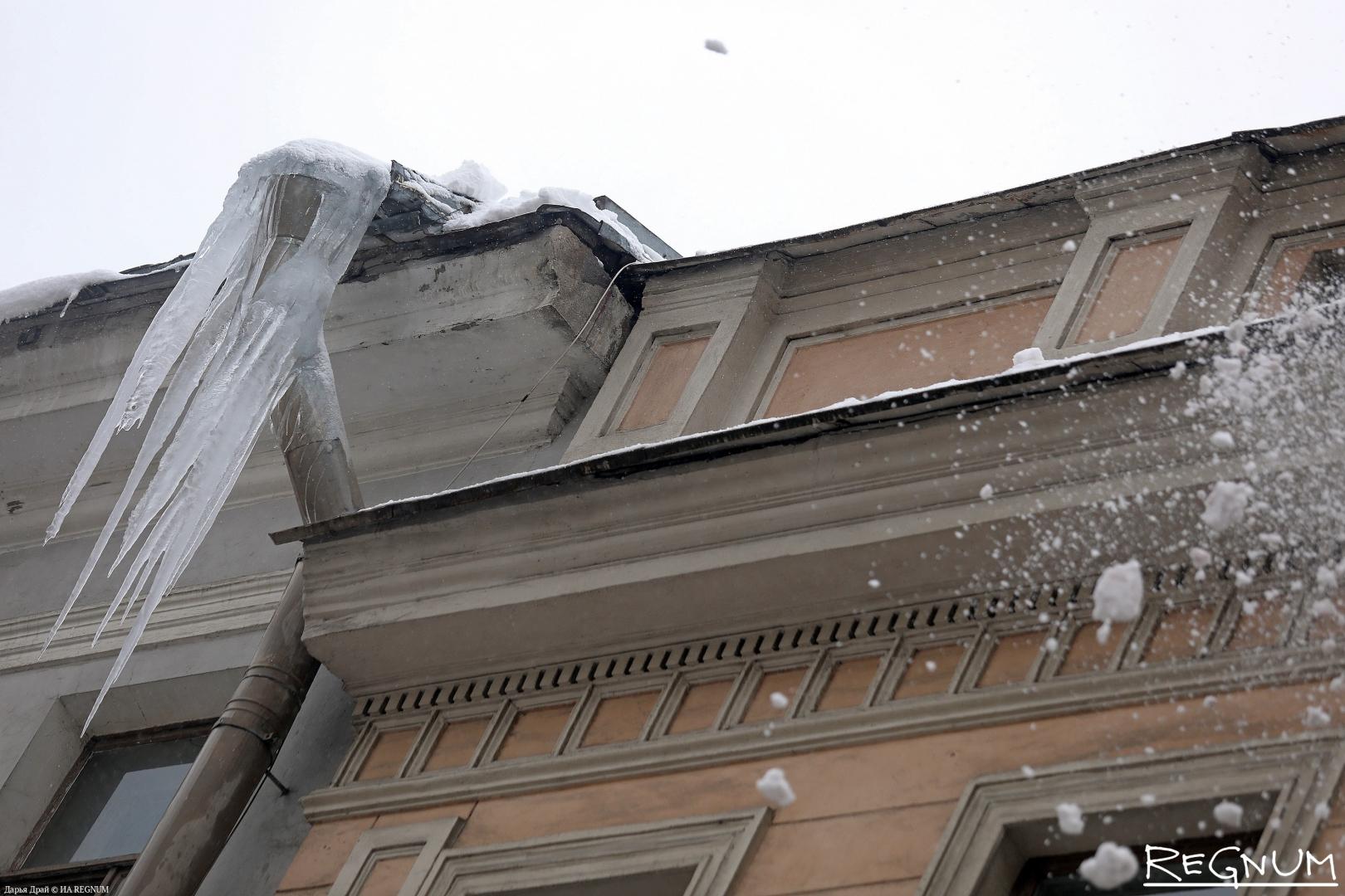 Сосульки на крыше дома в центре Петербурга