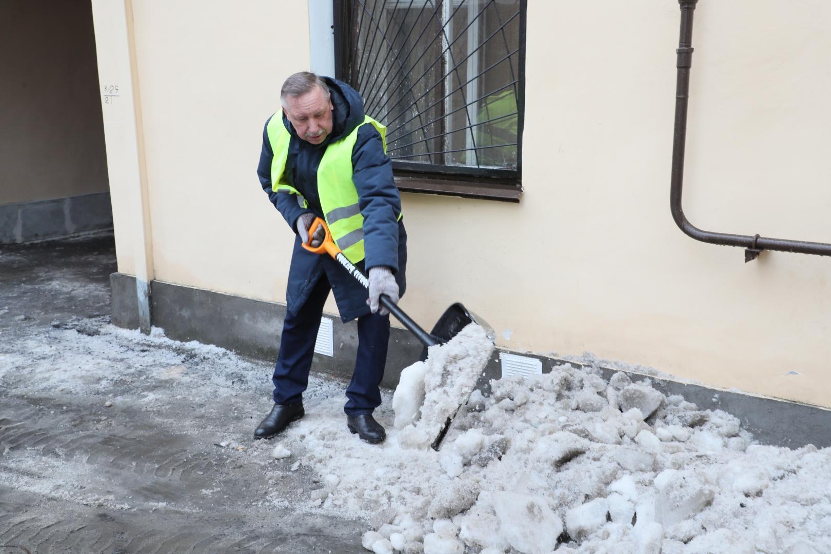 Александр Беглов убирает двор на Петроградской стороне, 09.02.19
