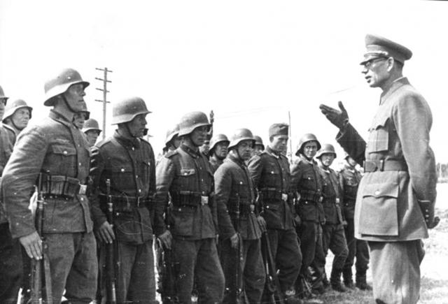 Генерал Власов и бойцы РОА