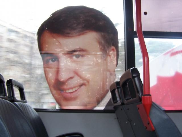 Изображение Михаила Саакашвили на автобусе