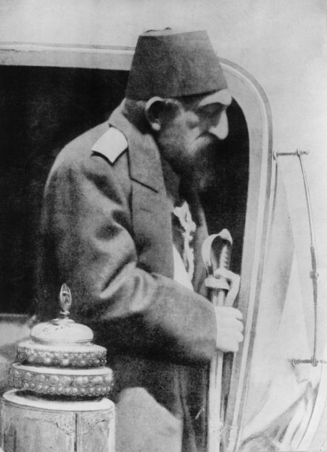 Абдул-Хамид отправляется в ссылку после отречения. 1909