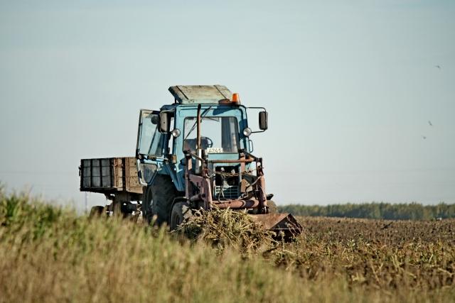 Трактор в поле