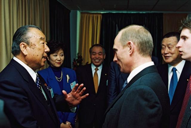 Встреча Владимира Путина с депутатами парламента Японии (в центре кадра, на заднем плане Мунео Судзуки). Иркутск. 2001