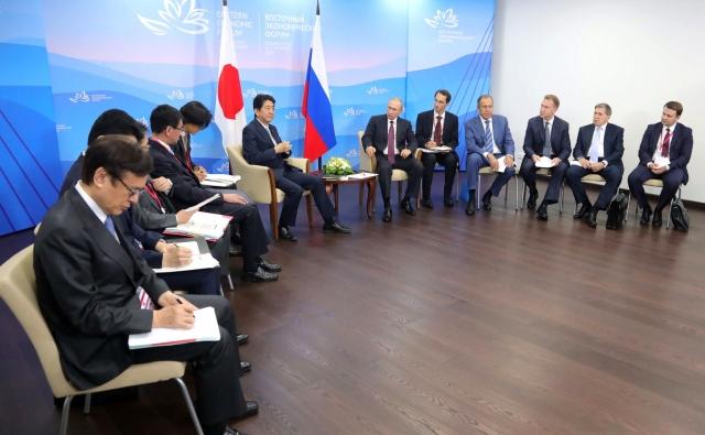 Переговоры Владимира Путина с премьер-министром Японии Синдзо Абэ. Владивосток. 2017