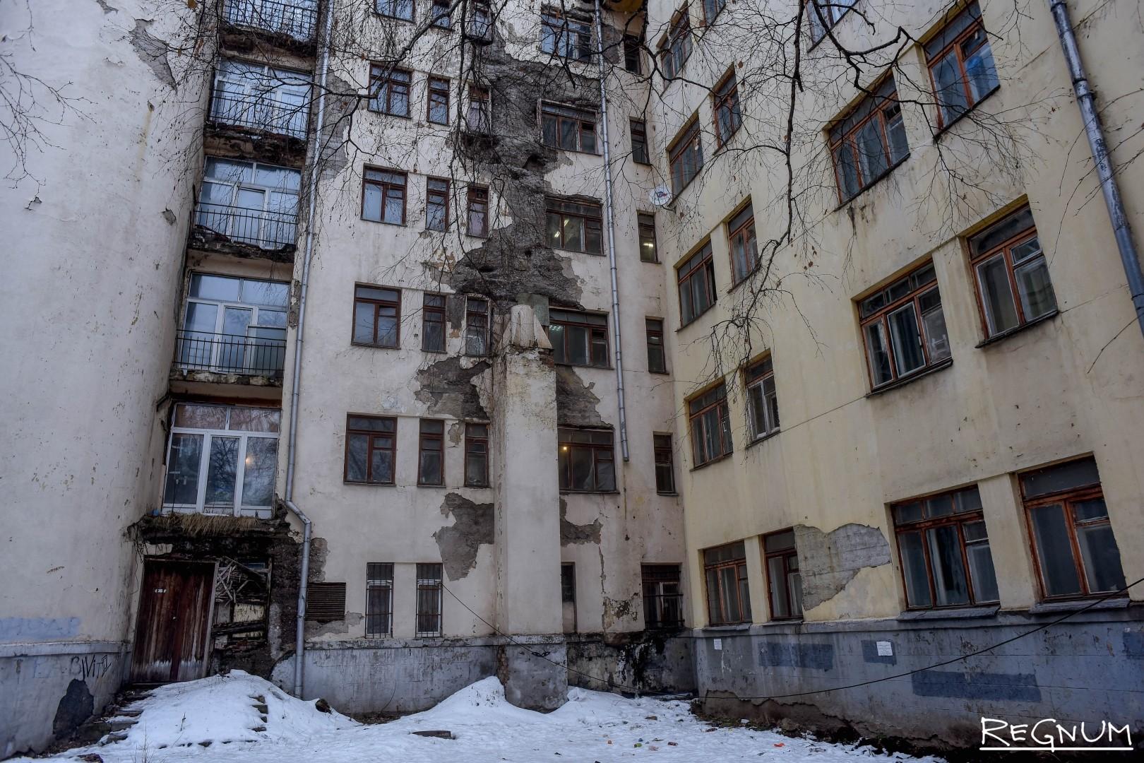 Фасад здания в плачевном состоянии