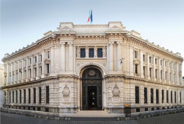 Еврокомиссия защищает Центробанк Италии от правительства страны