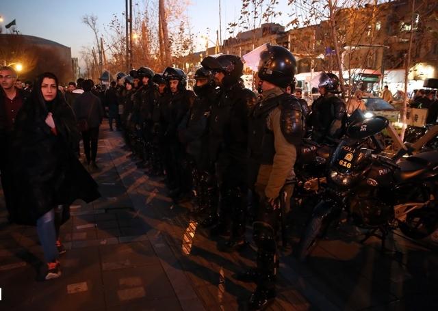 Иранская полиция во время протеста 2017 г. в Тегеране