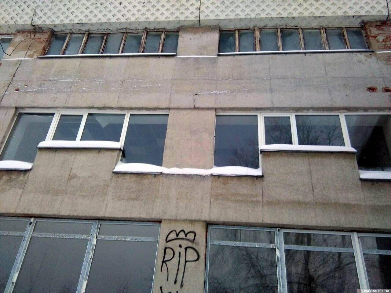 Черные и белые квадраты на потолке, в помещении где был сделан ремонт