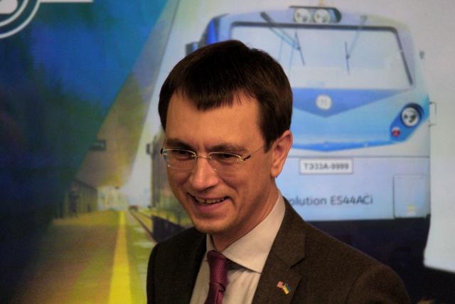 Владимир Омелян на фоне плаката с локомотивом General Electric
