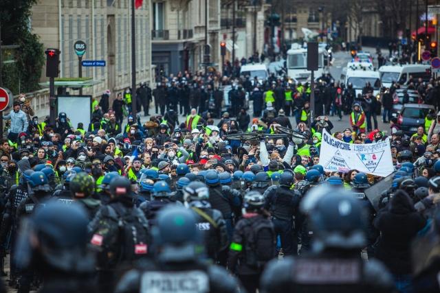 В ходе акции протеста «желтых жилетов» в Париже арестованы 29 человек