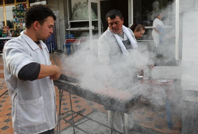 Приготовление кебабов на рынке