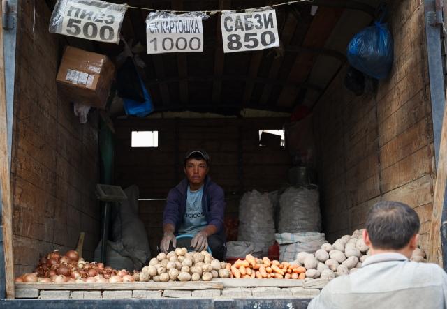 Продажа овощей ведётся прямо с машин
