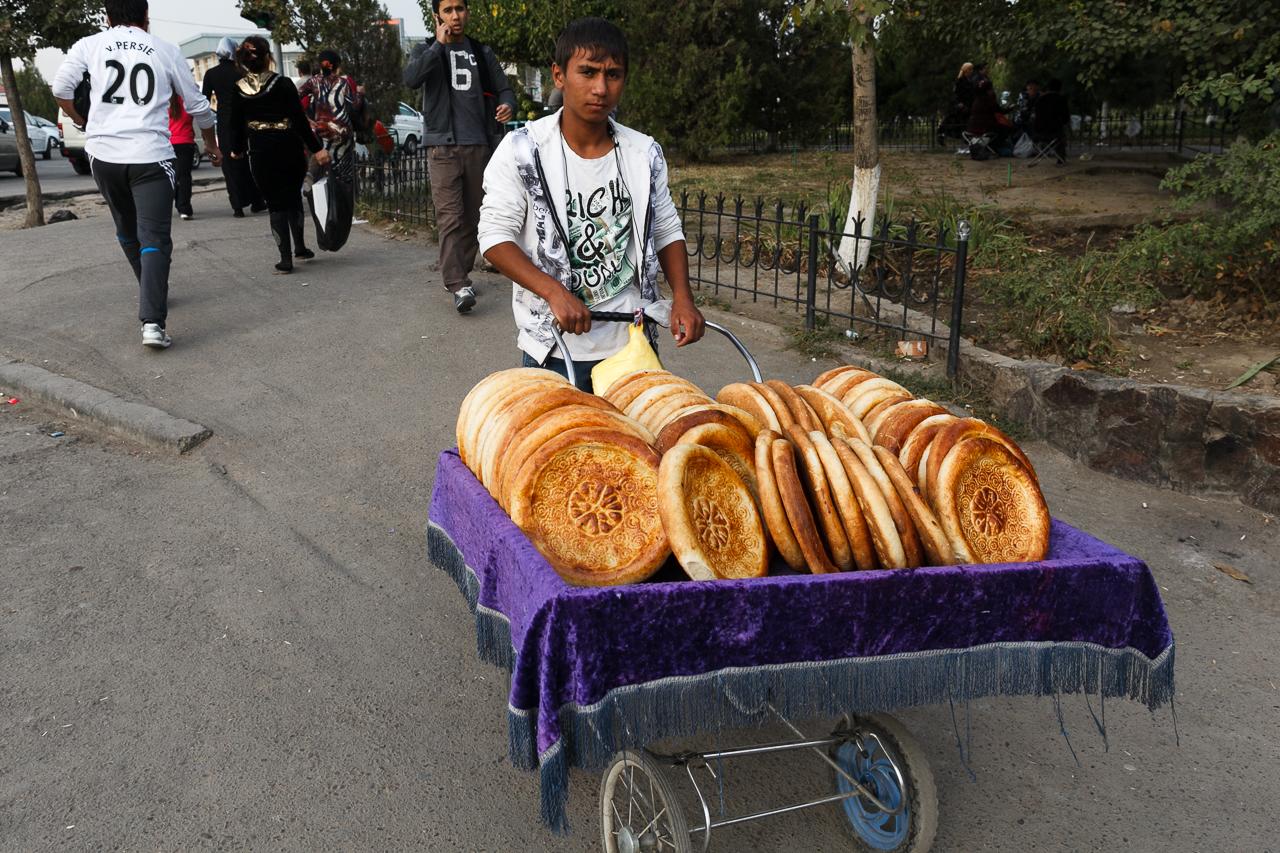 Ещё одна характерная черта Узбекистана — практически весь хлеб, а точнее лепёшки, продают в детских колясках! Да не в абы каких, а в старых, советских. Такое чувство, что все эти средства передвижения младенцев мигрировали в эту солнечную страну