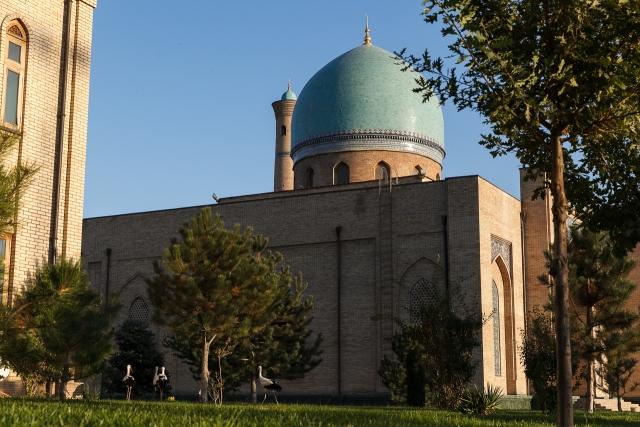 Один из центральных архитектурных ансамблей — комплекс Хазрати Имам