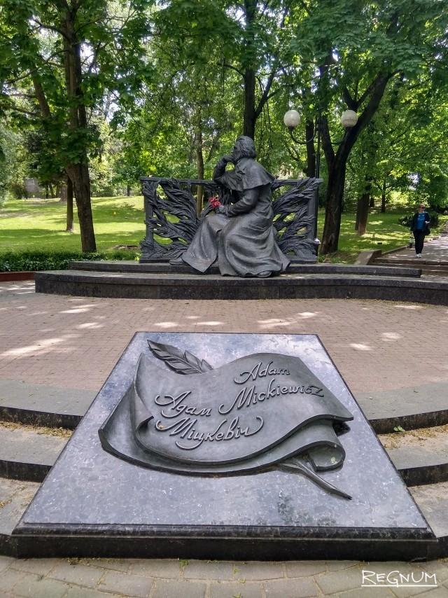 Минск, топонимику в польском стиле дополняет памятник «белорусу» Адаму Мицкевичу