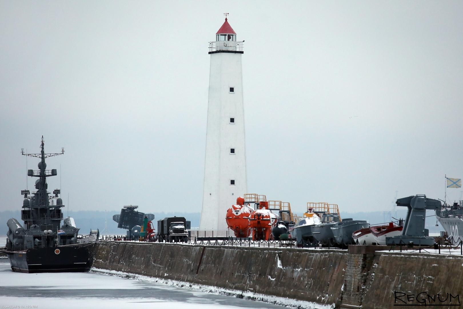 Петровская пристань и маяк в Кронштадте