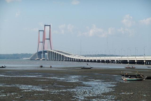 Вантовый мост через Мадурский пролив в Индонезии