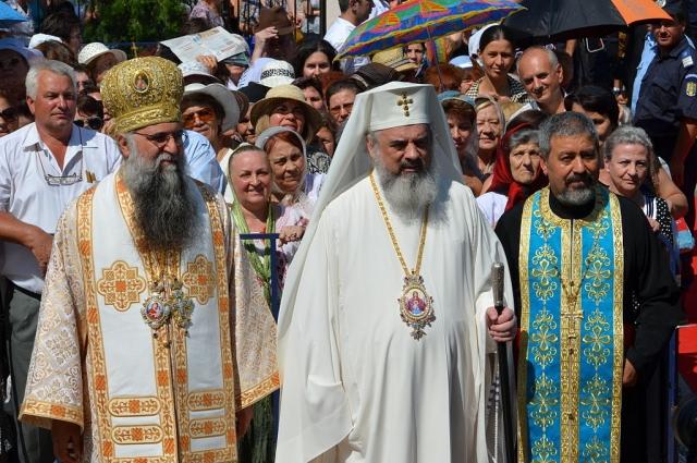 Патриарх Румынский Даниил (в центре)
