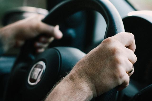 Подделки встречаются нередко: о переходе на электронные водительские права