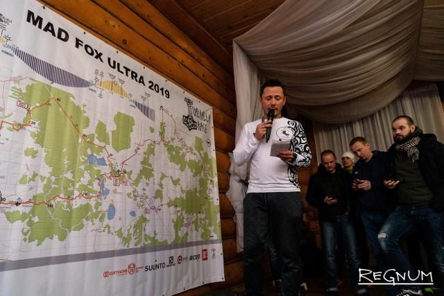 Михаил Долгий рассказывает участникам об изменении маршрута