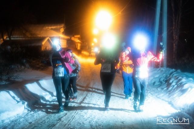 Группа бегунов возвращается на трассу после 10-километровой «петли»