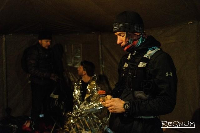 Участники Valhalla Race на теплом пункте питания в селе Годеново