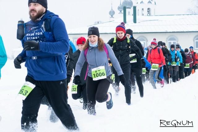 Участники гонки на 30 километров бегут по трассе
