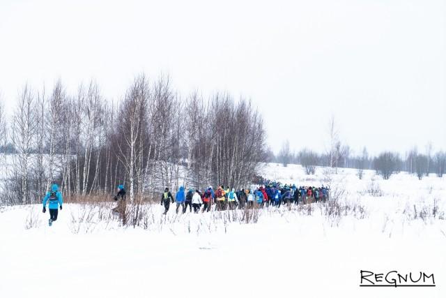 Участники дистанции на 30 километров уходят в лес