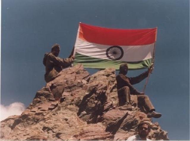 Индийские солдаты с индийским флагом на вершине. Каргильская война