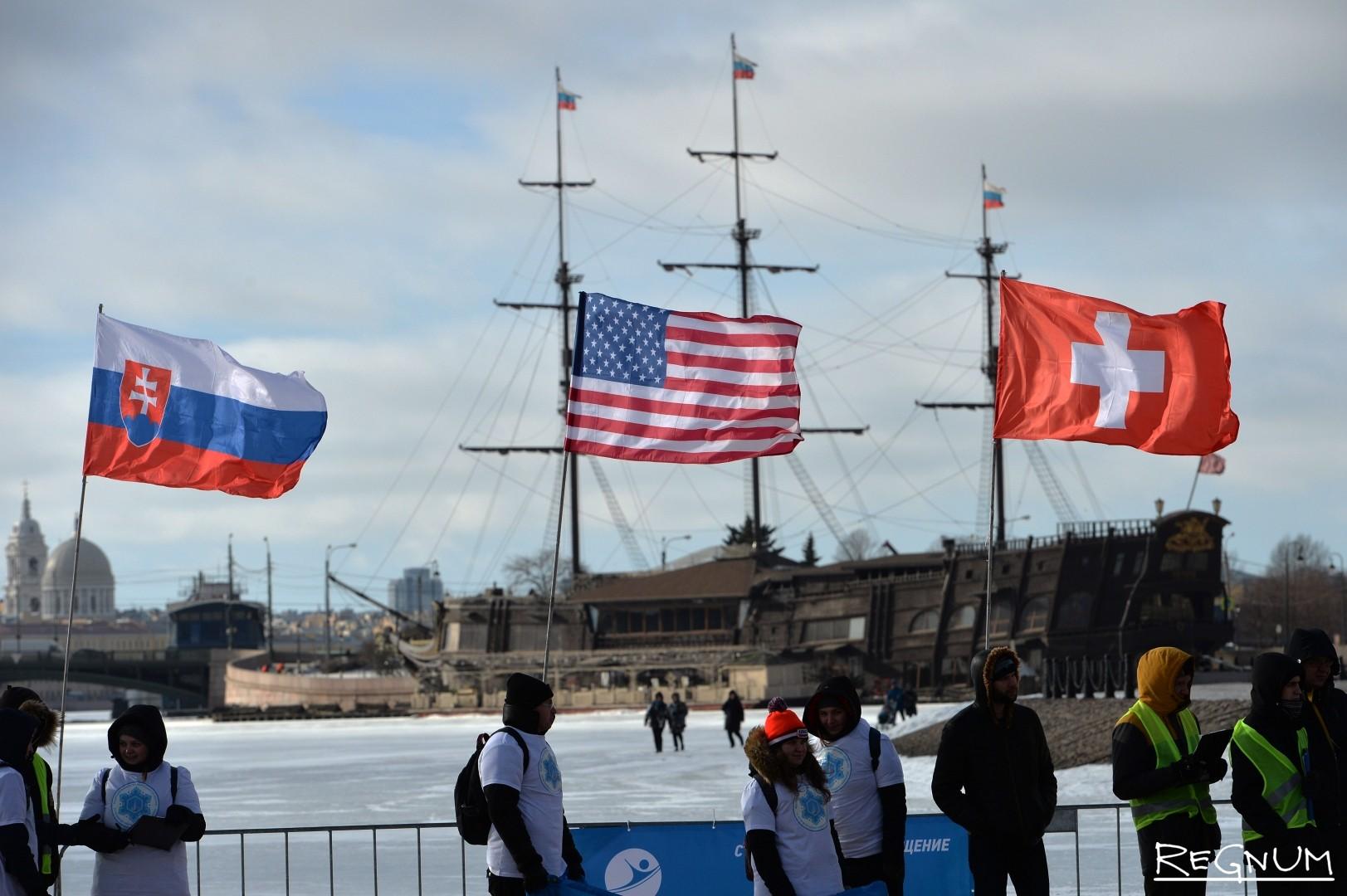 Соревнования по зимнему плаванию на Кубок Большой Невы, в вырубленном во льду Невы бассейне у Трубецкого бастиона Петропавловской крепости