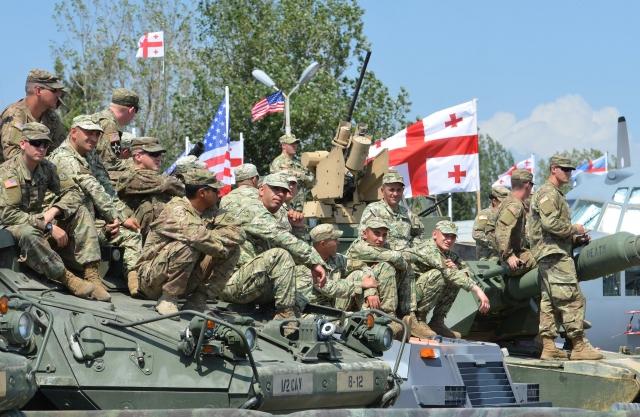 Грузинские и американские солдаты на совместных военных  учения