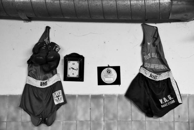 Форма и боксёрские перчатки на стене одного из спортивных клубов по боксу
