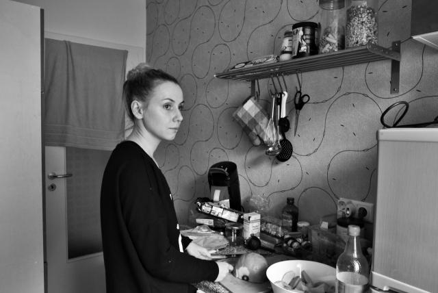 Екатерина Машкова готовит обед дома